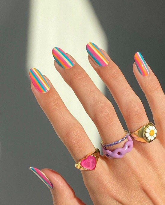 Летний маникюр яркую разноцветную полоску на овальных ногтях