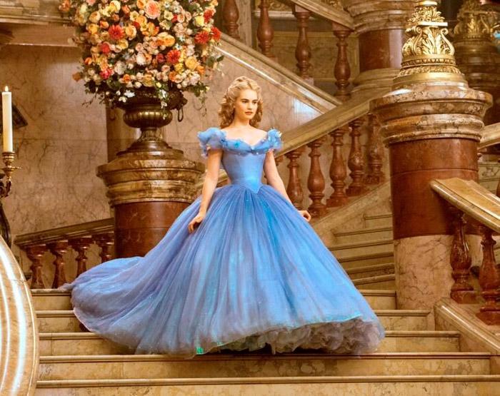 Лили Джеймс в голубом платье принцессы со шлейфом в фильме Золушка