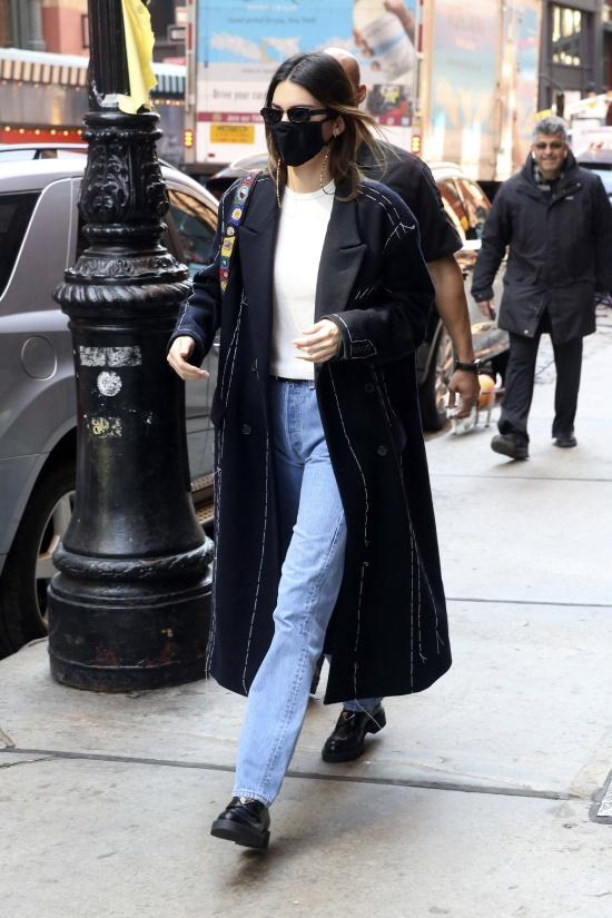 Кендалл Дженнер в джинсах и темном пальто