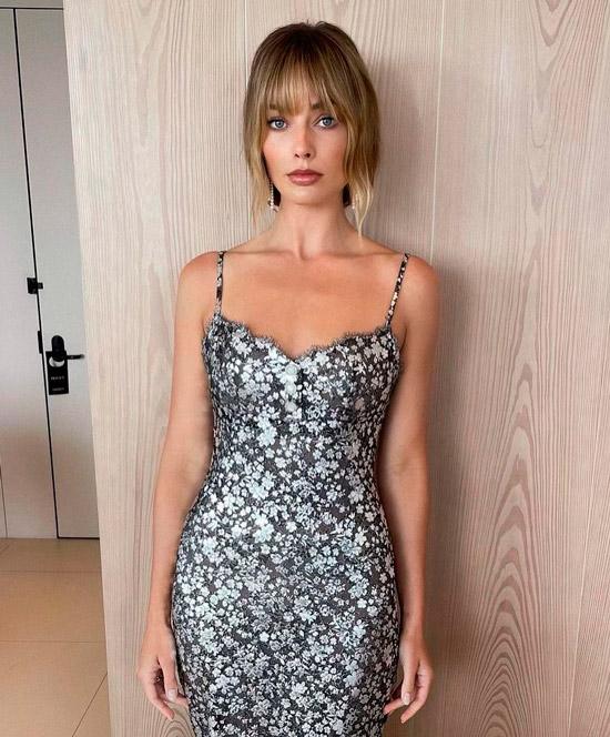 Марго Робби в сером платье с цветочным принтом, светлые волосы с тонкой челкой