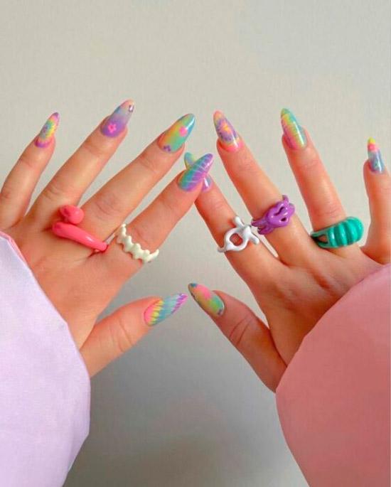 Мечтательный дизайн маникюра в пастельных оттенках на длинных овальных ногтях