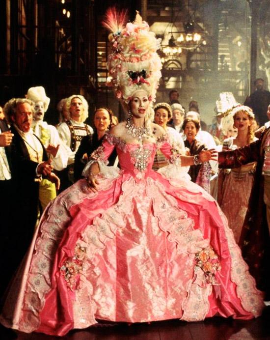Минни Драйвер в розовом нарядном платье с открытым деольие