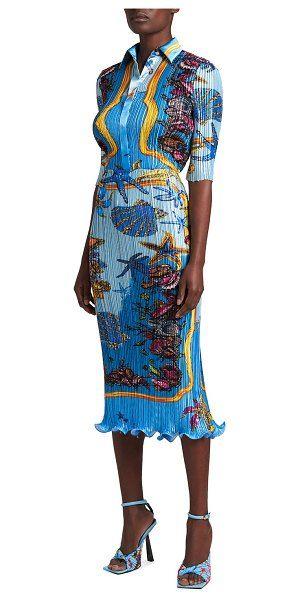 Модель в голубом платье в складку с морским принтом