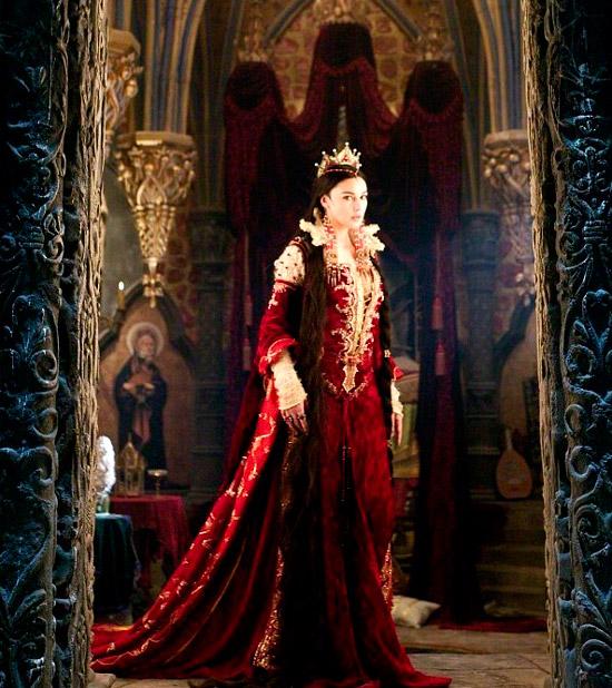 Моника Беллуччи в королевском красном платье из бархата со шлейфом и золотыми вставками