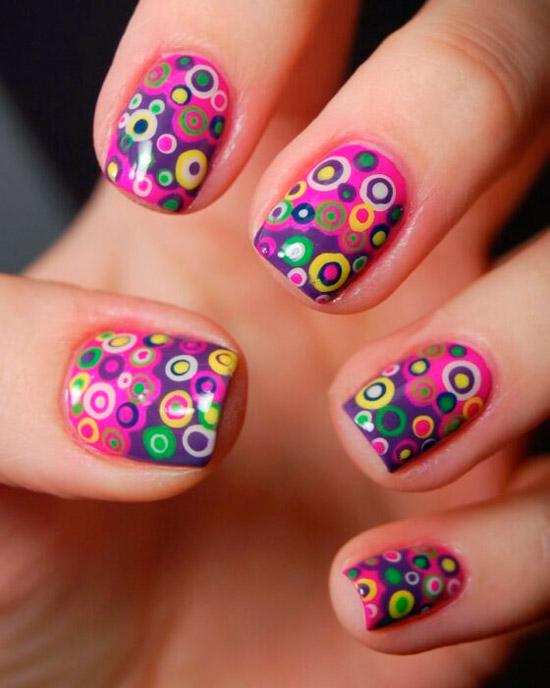 Необычный фиолетовый маникюр с разноцветными кругами на коротких квадратных ногтях