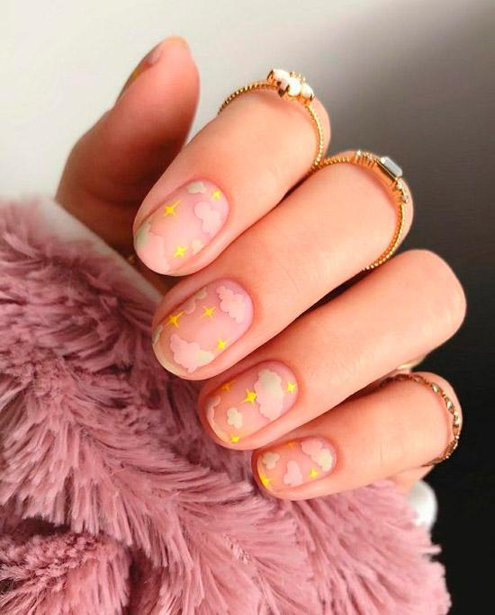 Необычный маникюр с розовыми облаками на коротких овальных ногтях