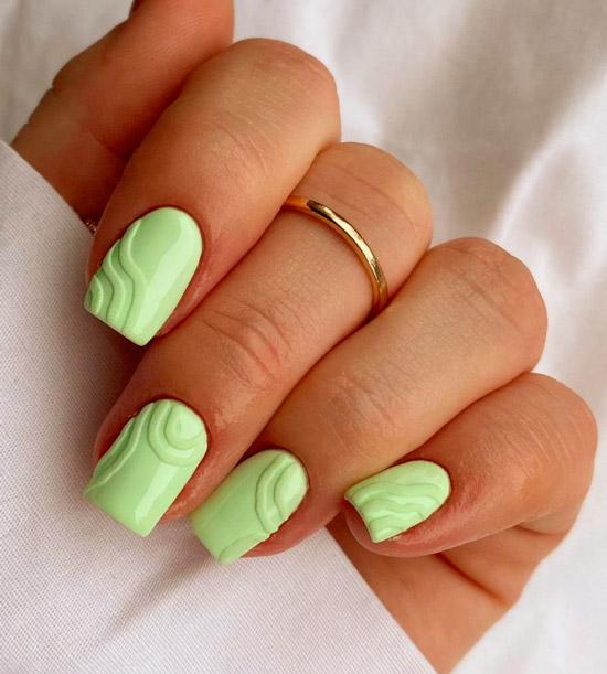 Нежный зеленый маникюр с текстурой на квадратных ногтях средней длины