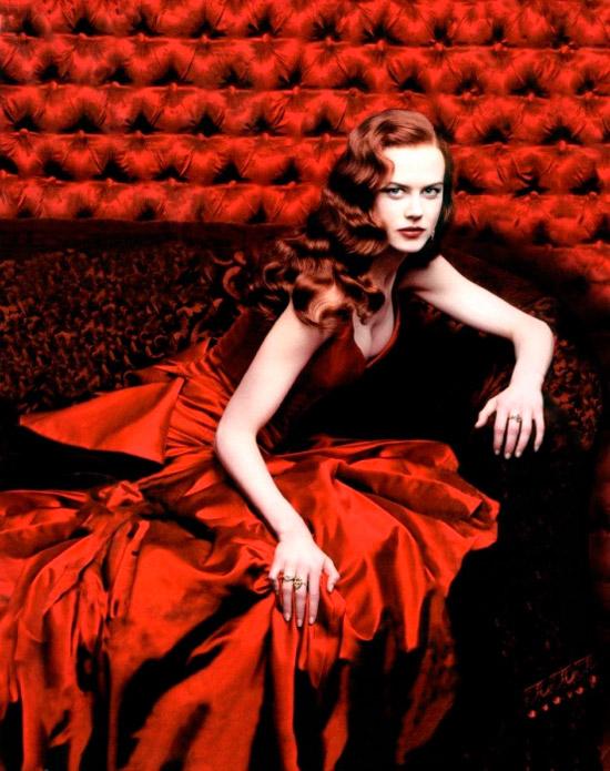 Николь Кидман в красном шелковом платье с глубоким декольте