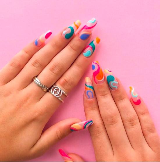 Очень яркий маникюр с разноцветными линиями на длинных ногтях