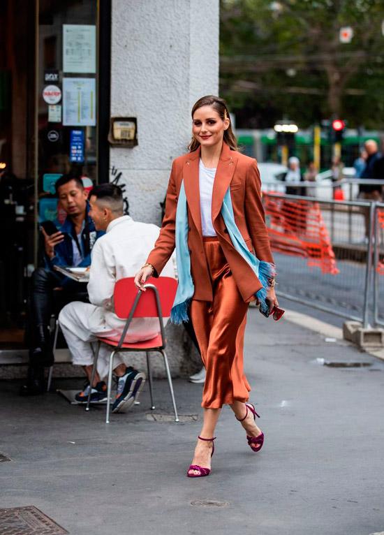 Оливия Палермо в оранжевых атласных брюках, пиджак оверсайз и белая футболка, образ завершают фиолетовые босоножки