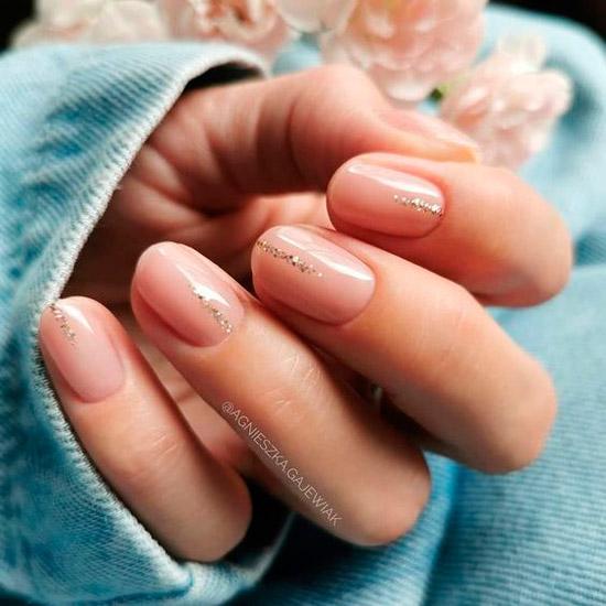 Простой бежевый маникюр с блестками на коротких ногтях