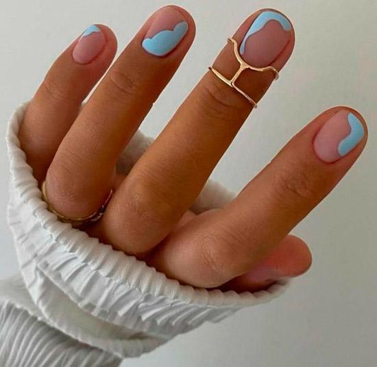 Простой матовый маникюр с голубыми волнами на коротких ногтях