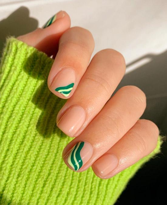 Простой минималистический маникюр с зелеными волнами на коротких квадратных ногтях
