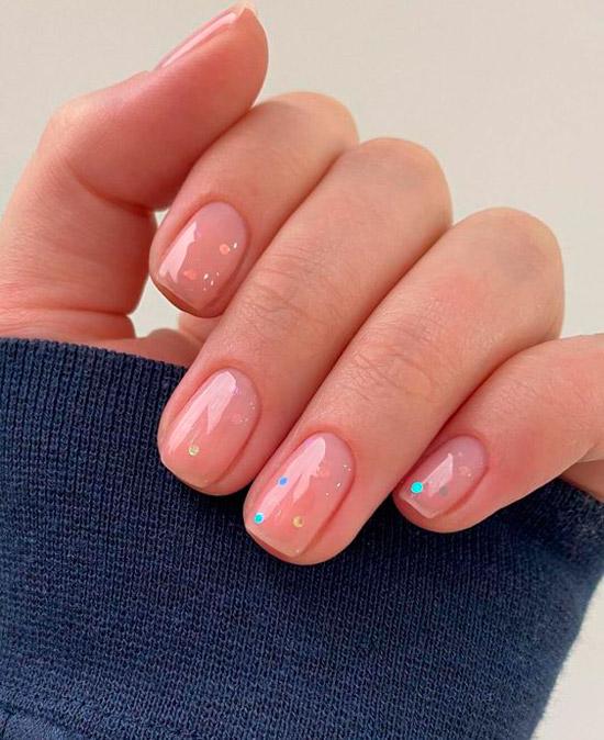 Простой натуральный маникюр с блестками на коротких квадратных ногтях