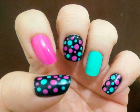 Разноцветный маникюр с точками на ногтях средней длины