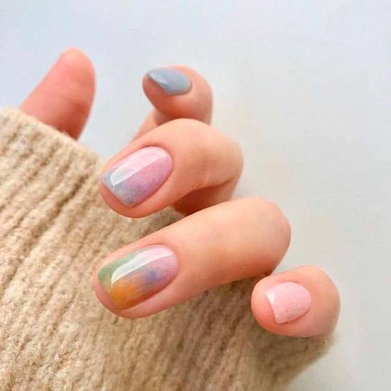 Разноцветный пастельный маникюр на коротких квадратных ногтях