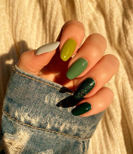 Разноцветный зеленый маникюр на длинных ухоженных ногтях