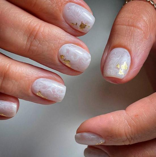 Шикарный белый маникюр с разводами и золотой фольгой на коротких квадратных ногтях