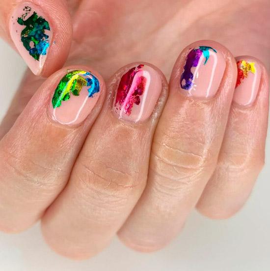Цветной маникюр с разноцветной фольгой на коротких ногтях