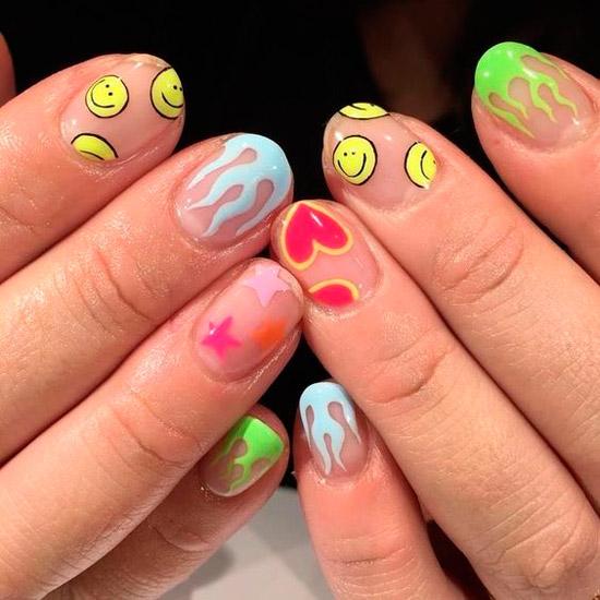 Веселый маникюр с принтом на коротких натуральных ногтях