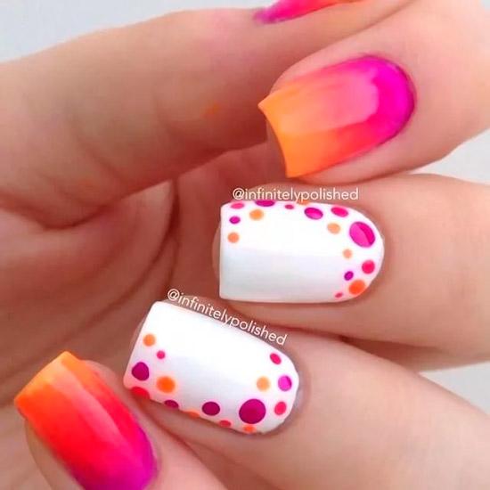 Яркий маникюр омбре с белыми акцентными ногтями с яркими точками на квадратных ногтях средней длины