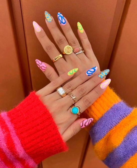 Яркий разноцветный маникюр на длинных острых ногтях
