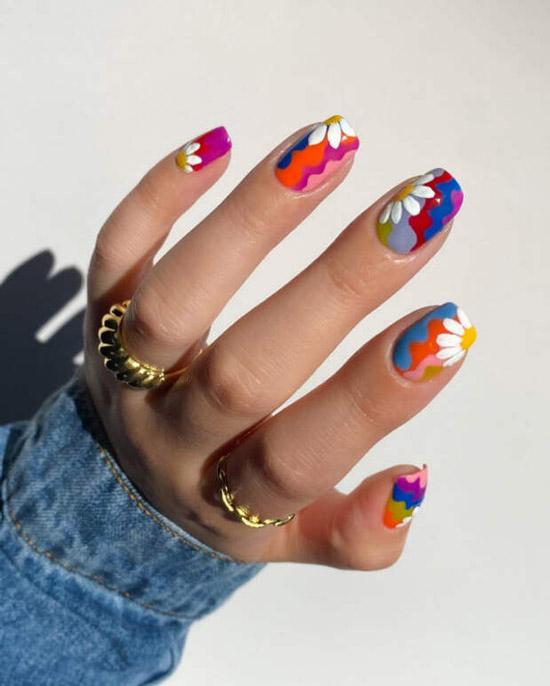 Яркий цветочный маникюр с ромашками на ногтях средней длины
