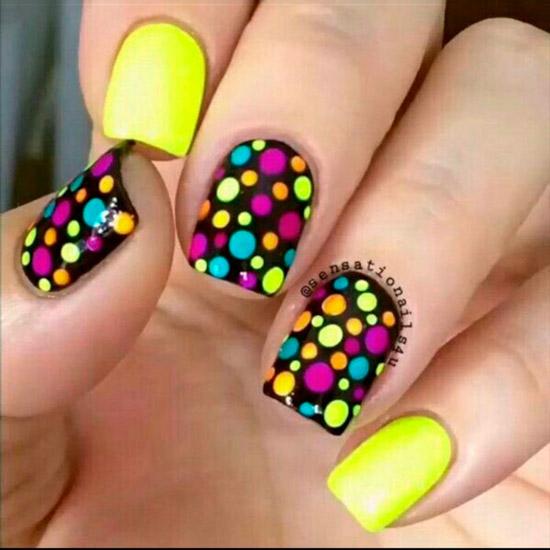 Яркий желто черный маникюр с разноцветными точками на квадратных ногтях средней длины