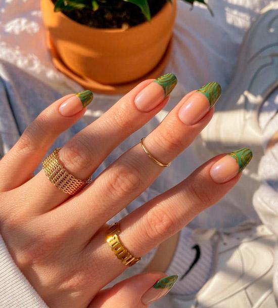 Зеленый френч с золотыми линиями на длинных натуральных ногтях