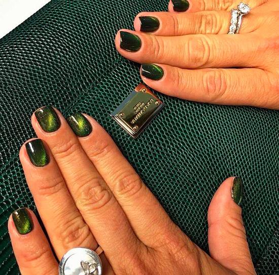 Зеленый маникюр кошачий глаз на коротких квадратных ногтях