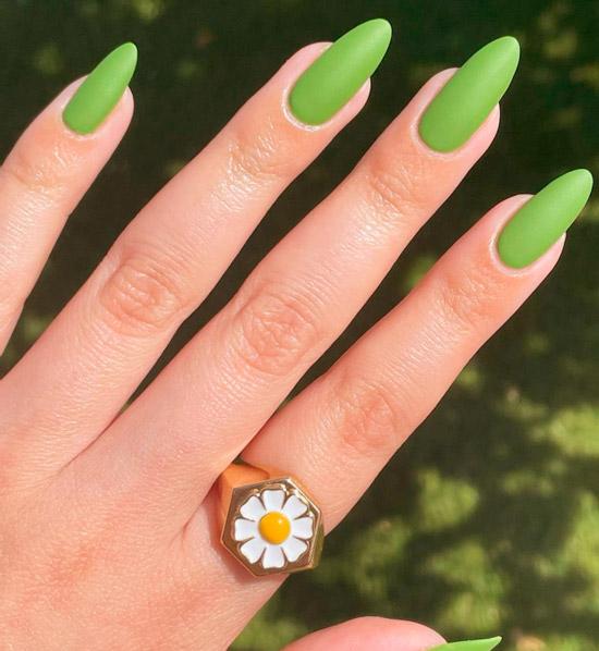 Зеленый матовый маникюр на длинных ухоженных ногтях