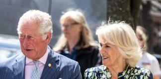 Английская герцогиня в шелковом платье и с баснословно дорогой сумочкой впечатлила фанатов