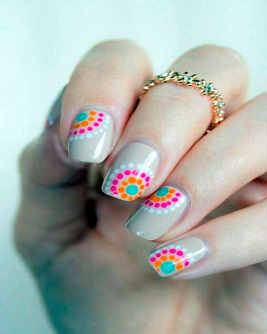 бежевый маникюр с разноцветными точками на овальных ногтях средней длины
