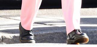 Звезда стрит стайла Ирина Шейк показала воздушный образ с помощью костюма и грубых ботинок