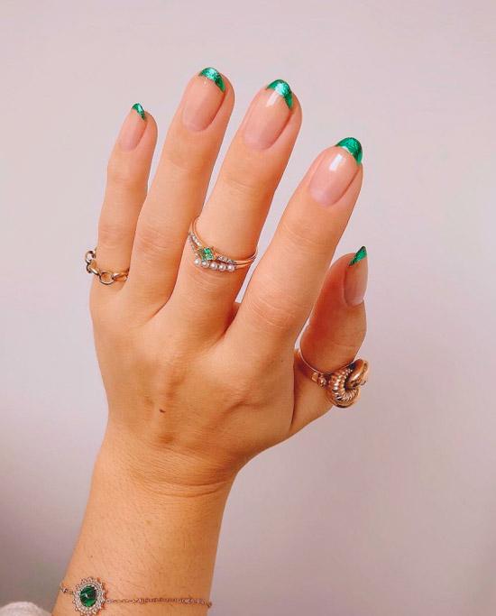 красивый изумрудный френч на овальных ногтях средней длины