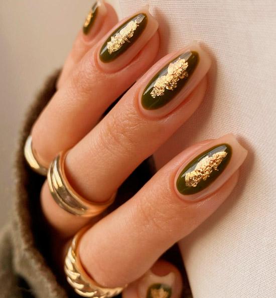 красивый маникюр хаки с золотой фольгой на длинных ногтях