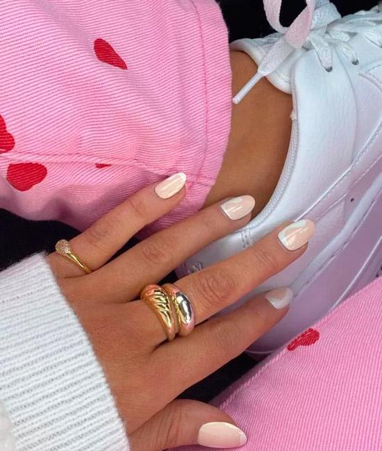 Бело-бежевый маникюр на овальных ногтях средней длины