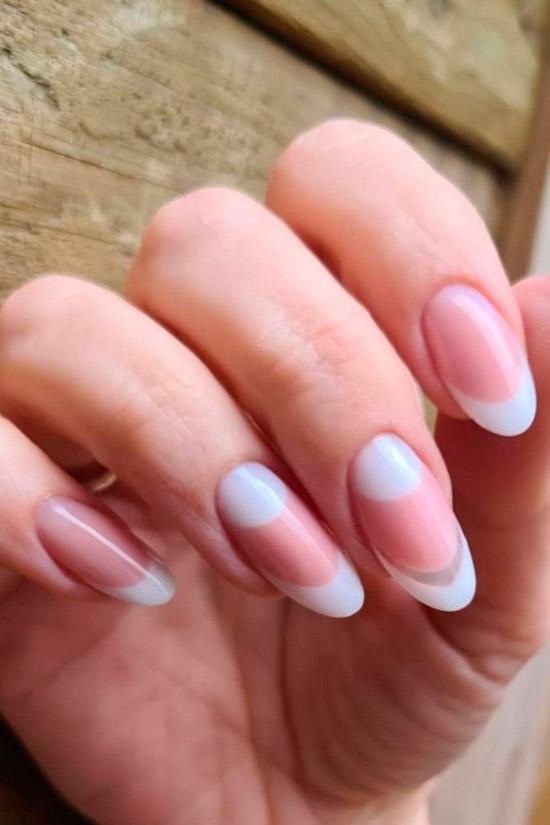 Белый френч на ухоженных ногтях средней длины