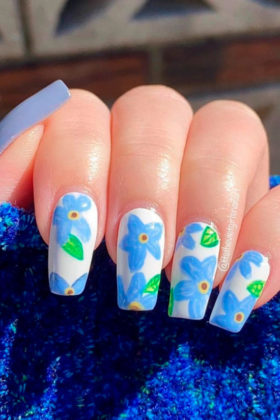 Белый маникюр с голубыми цветами на длинных ногтях
