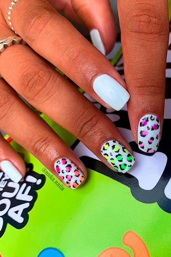 Белый маникюр с леопардовым принтом на коротких ногтях