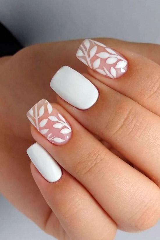 Белый маникюр с принтом на квадратных ногтях