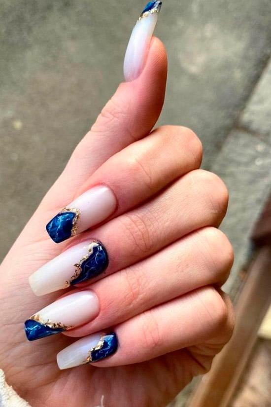 Белый маникюр с синим морским принтом на длинных ногтях