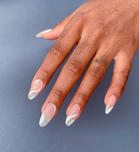Белый маникюр с волнами на длинных ногтях