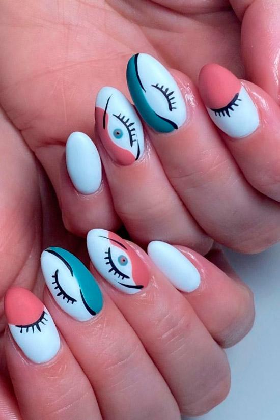 Белый маникюр с забавным принтом на овальных ногтях средней длины