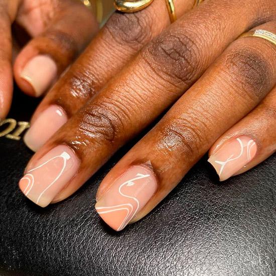 Бежевый маникюр с белыми тонкими полосками на квадратных ногтях средней длины