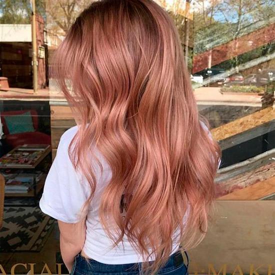 Девушка с длинными волосами с розовым оттенком