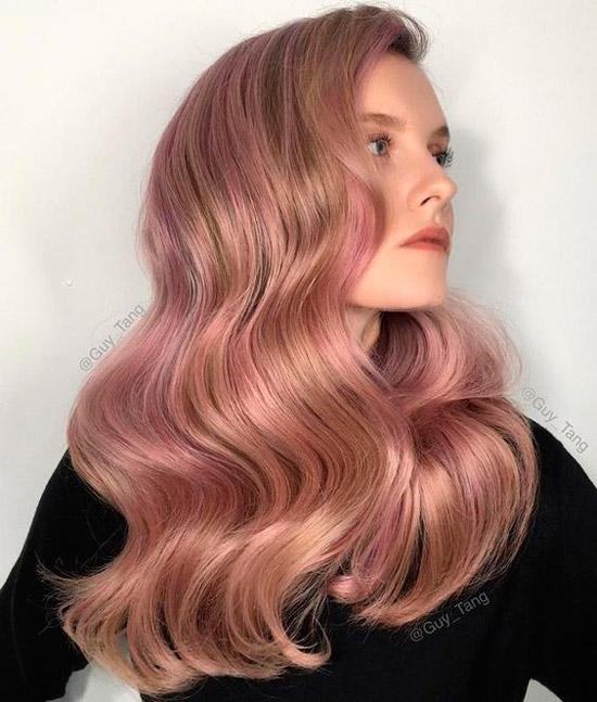 Девушка с необычными светло-русыми волосами с локонами