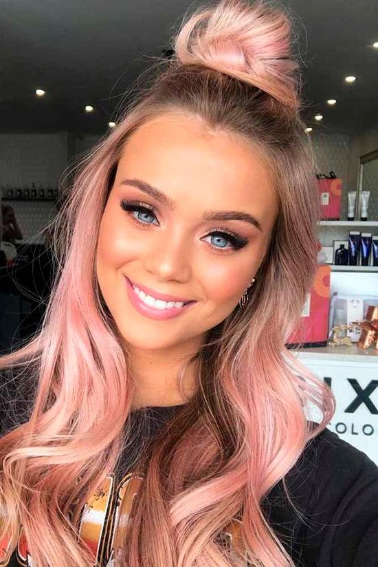 Девушка с розовыми длинными волосами
