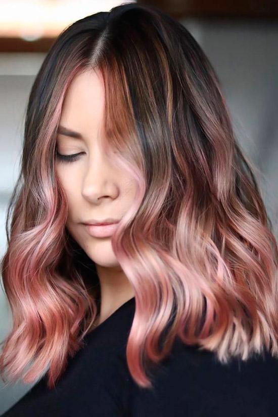 Девушка с розовыми кончиками на волосах средней длины с пробором по середине