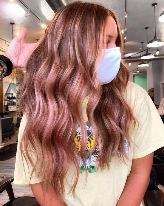 Девушка с розовыми прядями на длинных ухоженных волосах